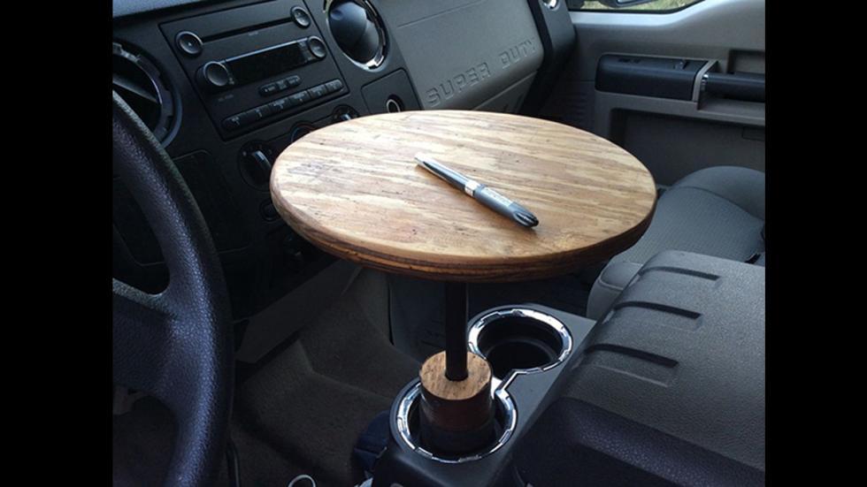 peores-accesorios-para-coches-mesa-posavasos