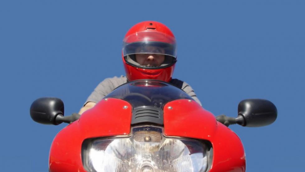Picaduras-Avispa-Motos-casco-visera-abierta