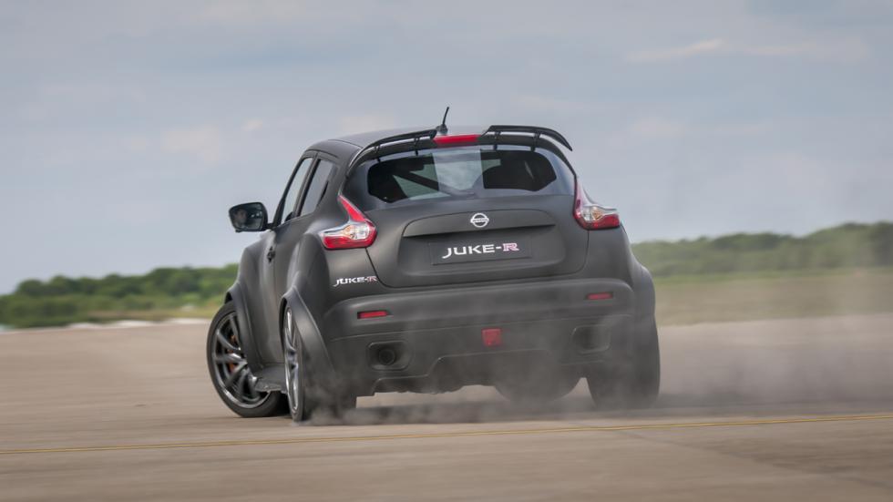 coches-nuevos-mas-exclusivos-puedes-comprar-nissan-juke-r-2-curva