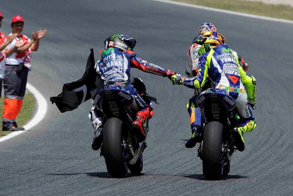 Rossi y Lorenzo en la vuelta de honor