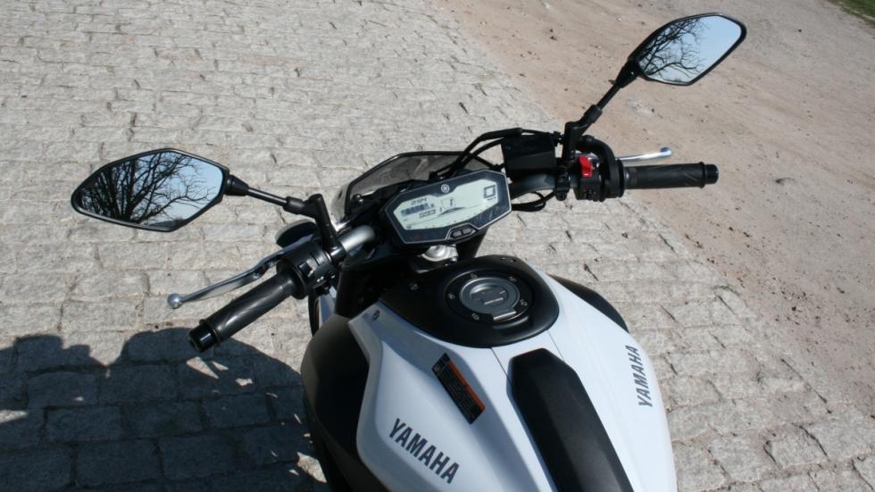 Prueba-Yamaha-MT-07-manillar-puesto-de-conducción