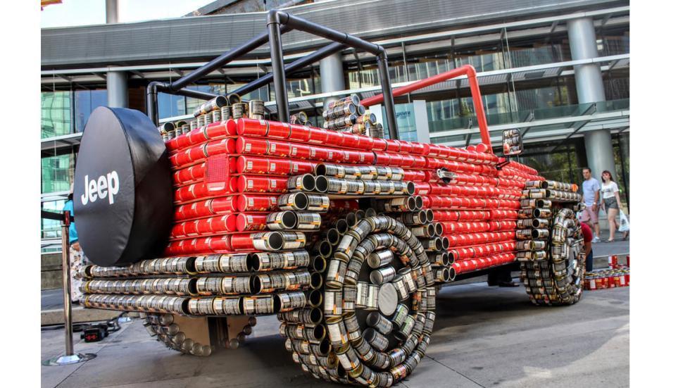 Jeep Wrangler hecho de latas tres cuartos traseros