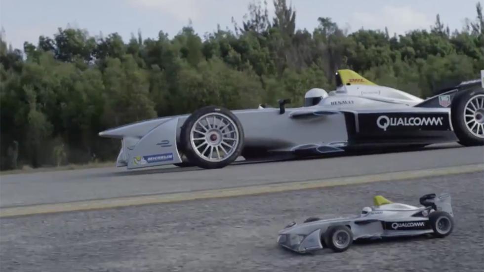 Coche de Fórmula E y coche de carga inalámbrica lateral