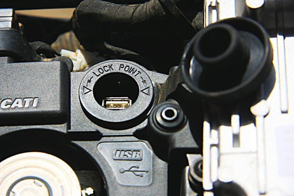 Ducati Scrambler Icon conexión USB debajo del asiento