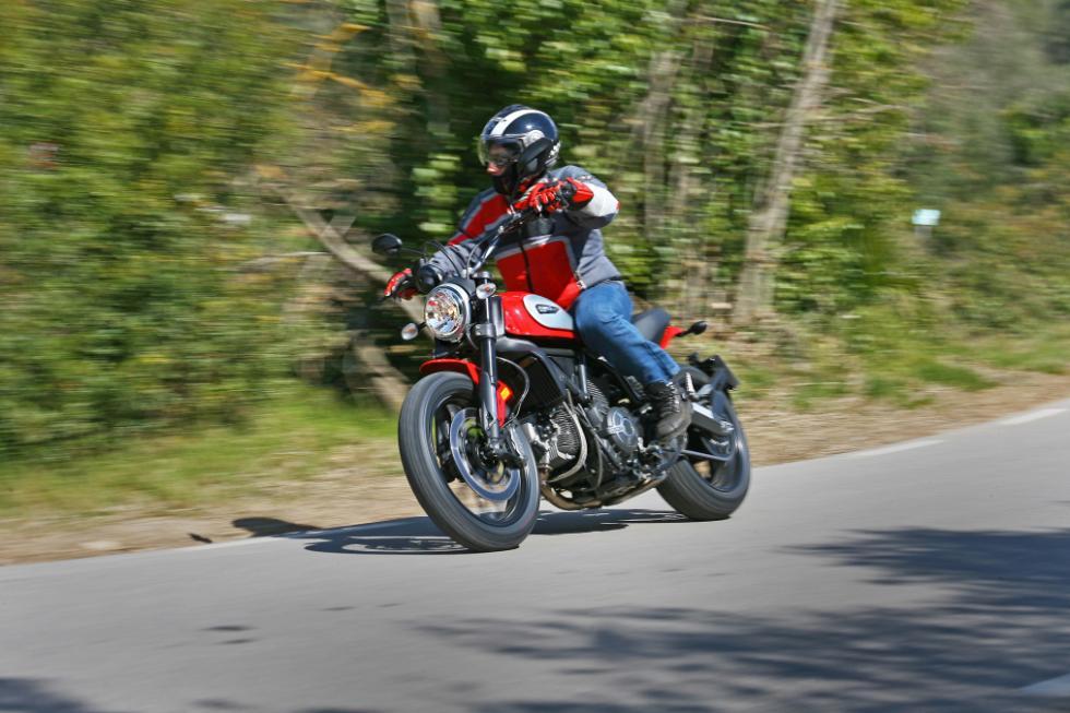 Ducati Scrambler Icon acción tres cuartos