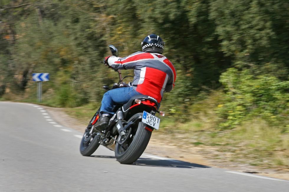 Ducati Scrambler Icon acción trasera