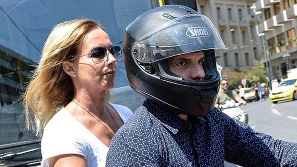 Varoufakis-moto-Atenas-casco-mujer-Stratou