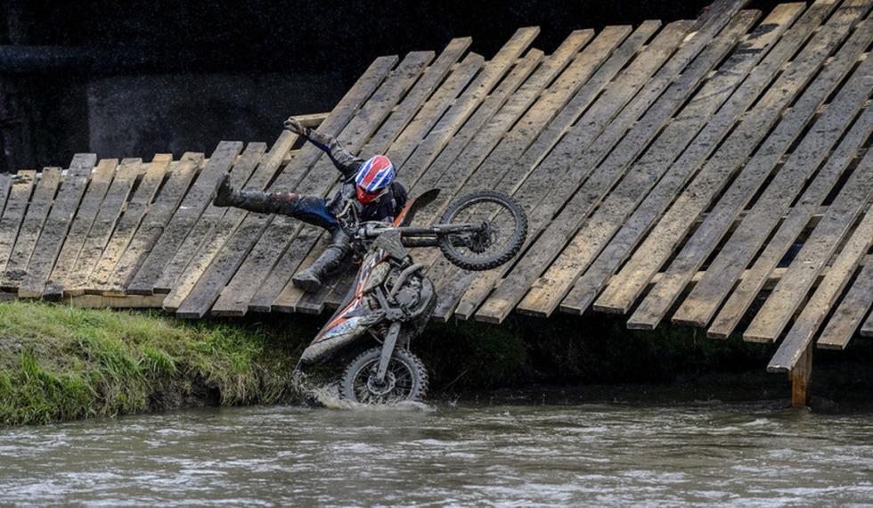 Red Bull Romaniacs enduro, caída en puente de madera