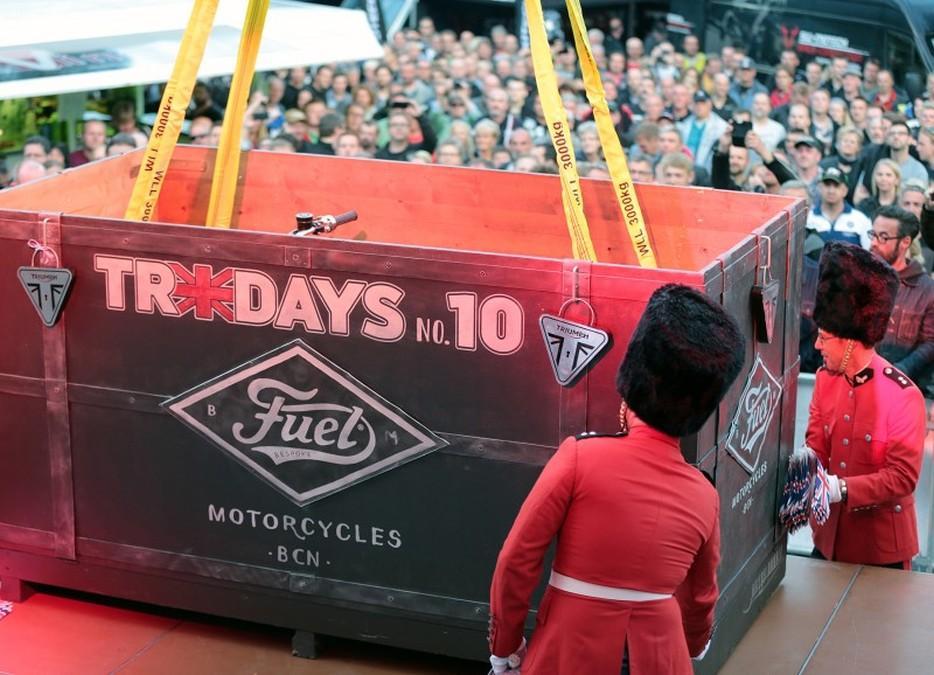 Triumph Tridays 2015: moto en caja