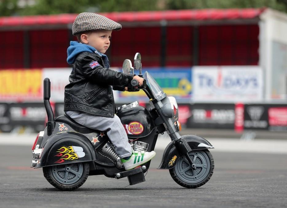 Triumph Tridays 2015. Niño en moto.