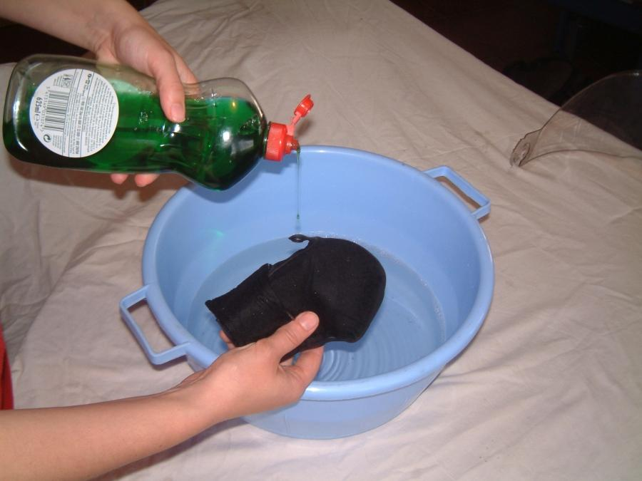 Como limpiar un casco de moto. Lavar piezas.