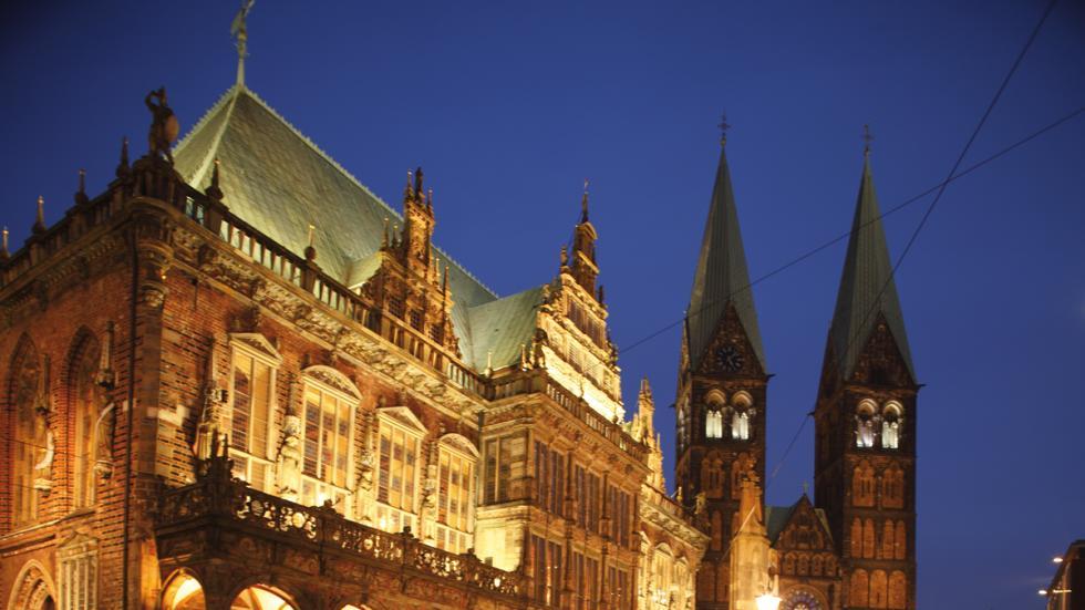 El Ayuntamiento de la ciudad de Bremen, iluminado.