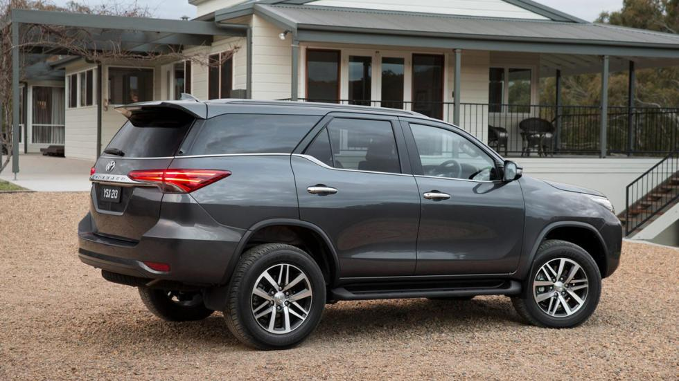 Toyota Fortuner lateral