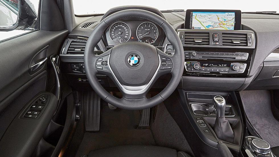 BMW Serie 1 parado volante
