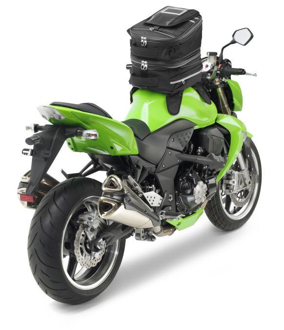 Bolsas de depósito para motos. Moto con  bolsa de depósito desde atrás.