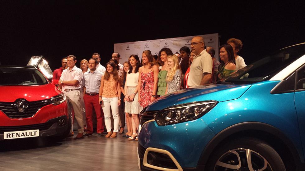 Mireia Belmonte con el equipo de Renault España