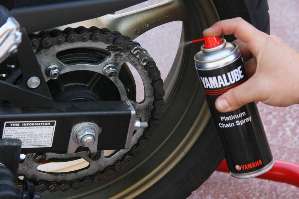 Revisa tu moto antes de las vacaciones. Lubrica la cadena.