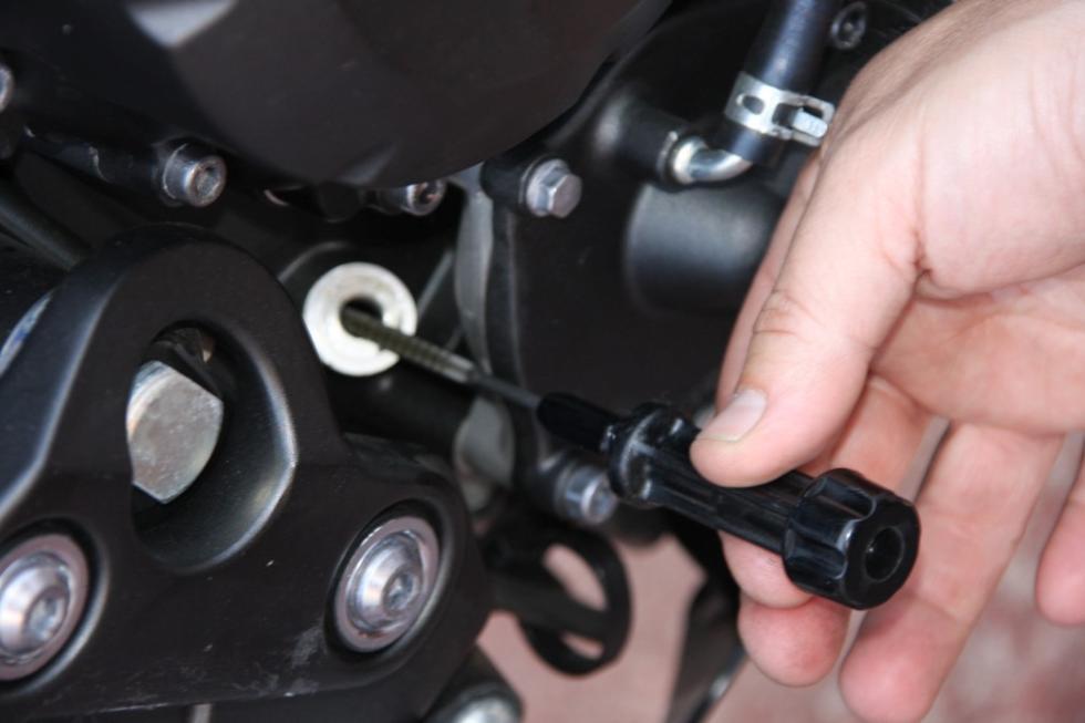 Revisa tu moto antes de las vacaciones. Nivel de aceite del motor.
