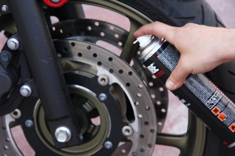 Revisa tu moto antes de las vacaciones. Limpia los discos de freno.