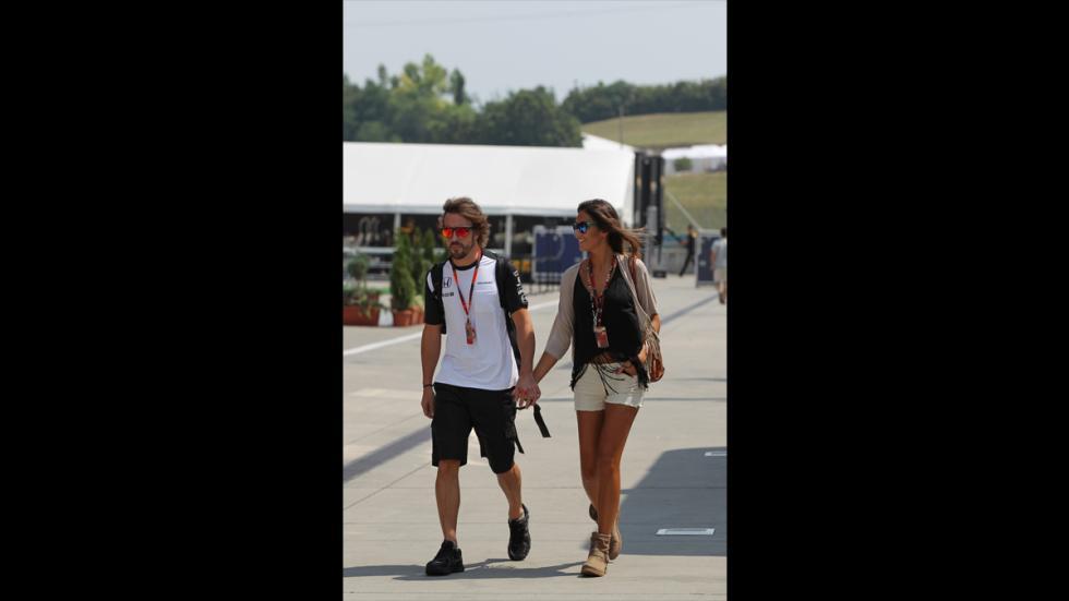 Lara Álvarez y Fernando Alonso en el paddock del GP Hungría