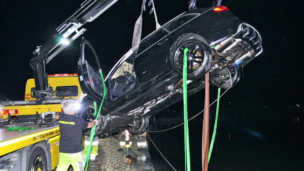 Accidente: un Audi RS 6 cae al agua rescate izando