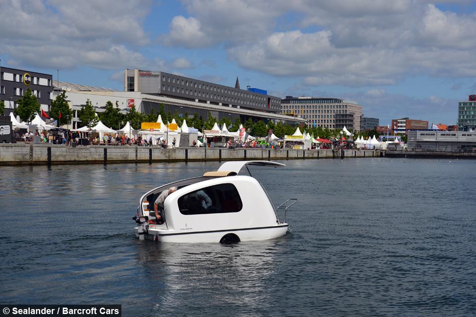 La caravana flotante por el mar