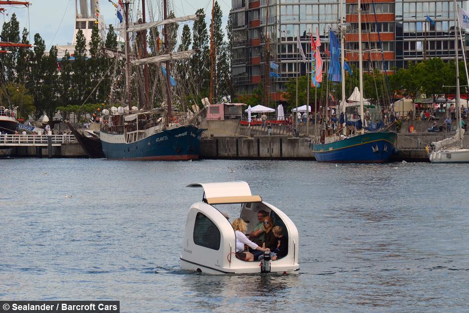 Una caravana flotante de reducidas dimensiones.