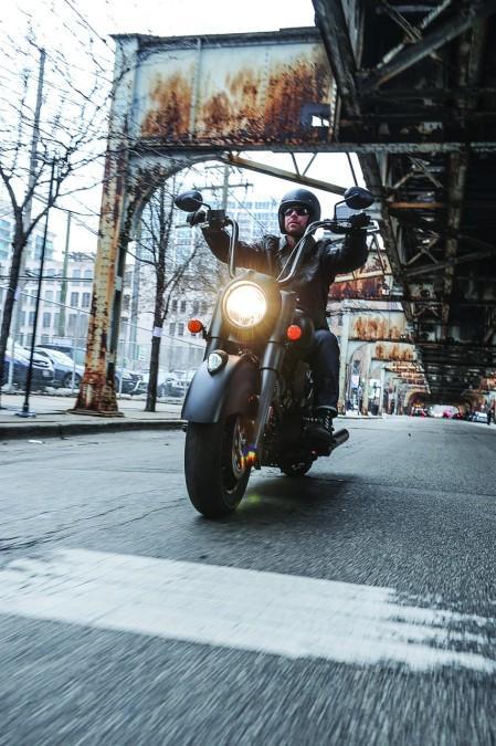 Indian Chief Dark Horse. Rodando por la ciudad.