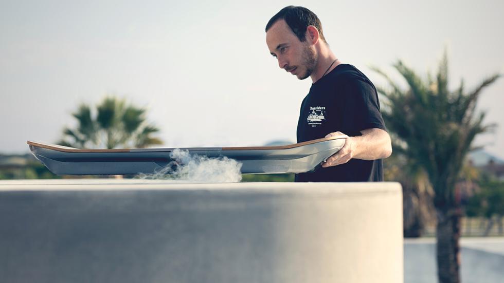 Ross McGouran con la Hoverboard de Lexus