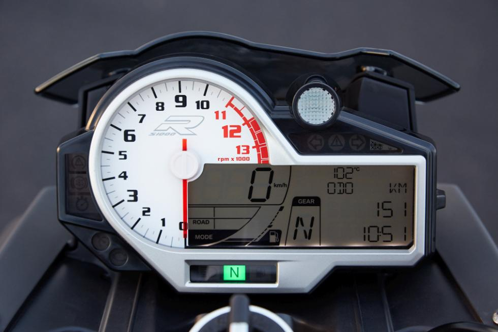 BMW S1000R, cuadro relojes digital y analógico.