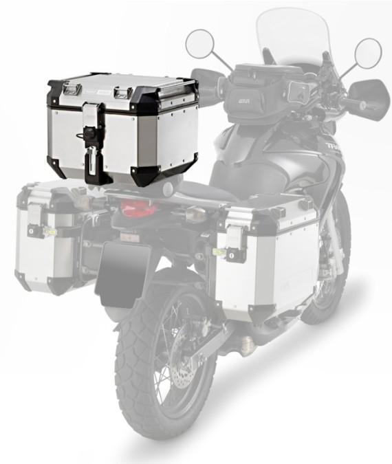 El baúl trasero  va elevado respecto a la moto