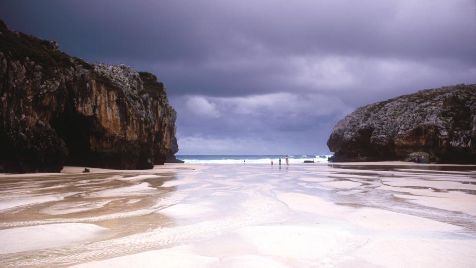 Playa de Cuevas del Mar (Llanes).