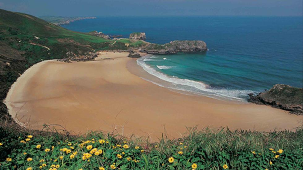 Playa de Torimbia integrada dentro del Paisaje Protegido de la Costa Oriental