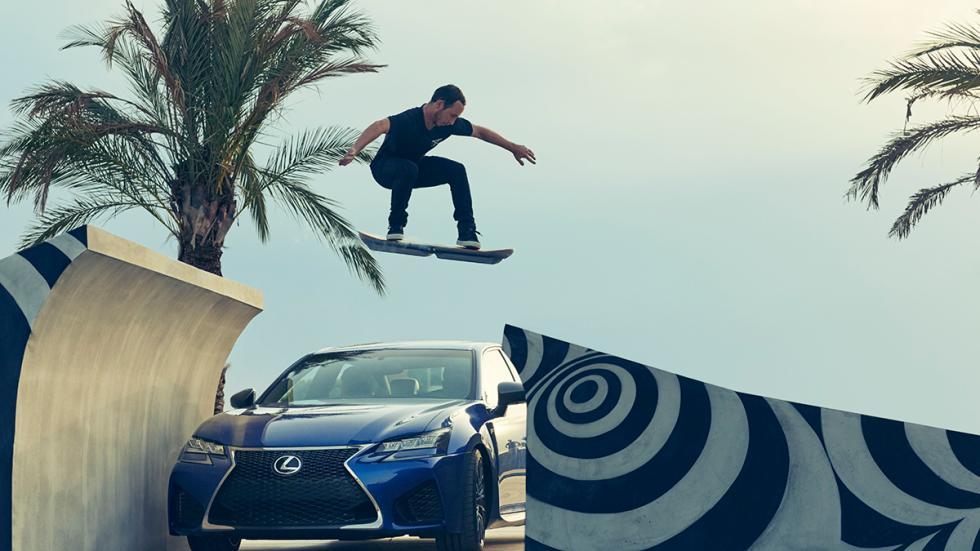 Ross McGouran con el monopatín de Lexus hoverboard