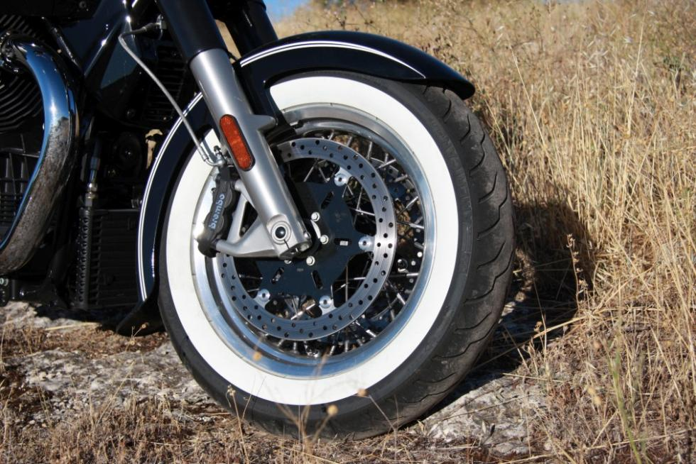 Moto Guzzi Eldorado 1400. Ruedas de banda blanca.