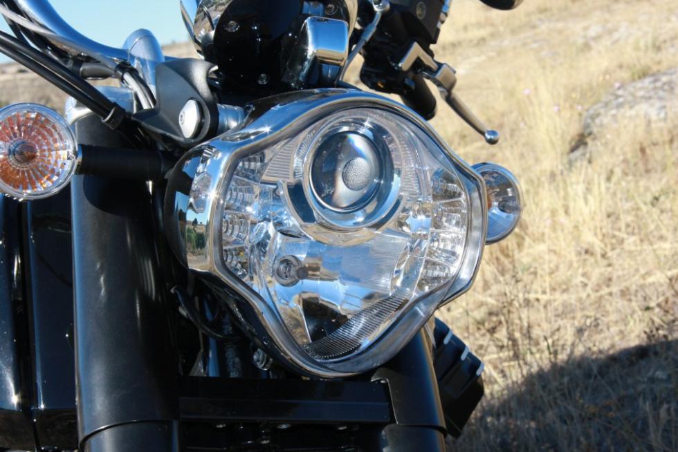 Moto Guzzi Eldorado 1400. Óptica delantera de formas muy personales.
