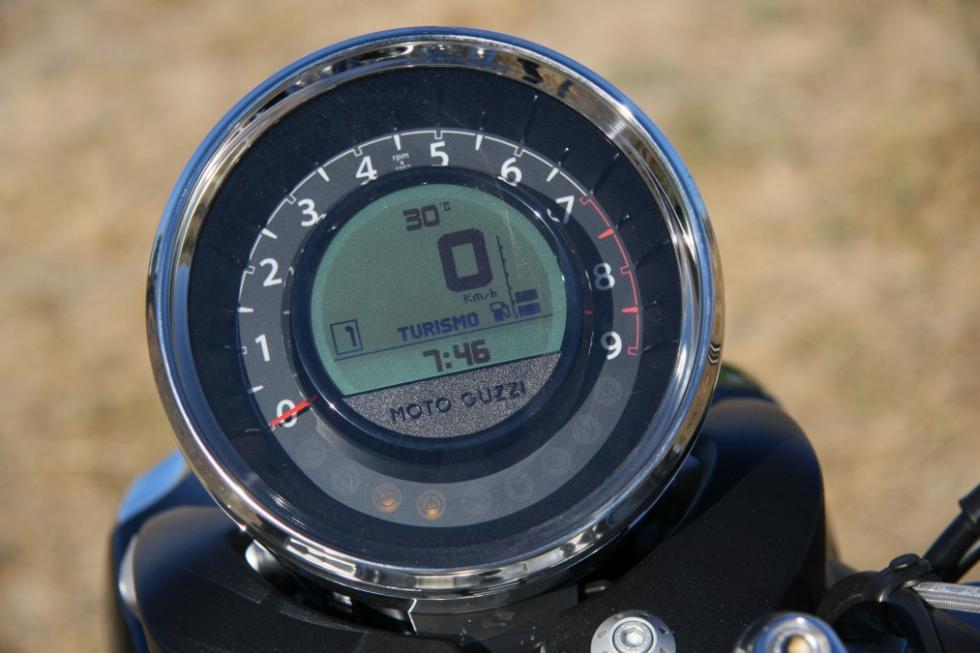Moto Guzzi Eldorado 1400. Reloj central con infinidad de funciones.