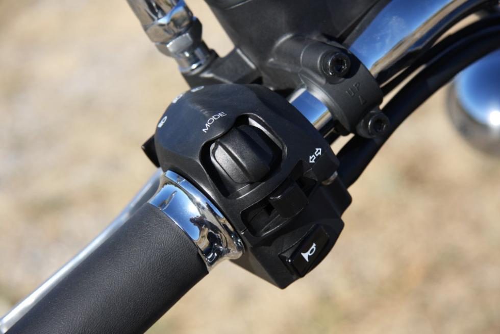 Moto Guzzi Eldorado 1400. Piña izquerida con el mando de la electrónica.