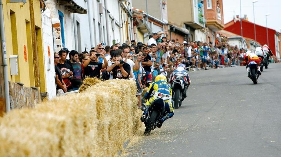 Gran Premio de motos clásicas en La Bañeza rozando las balas de paja.