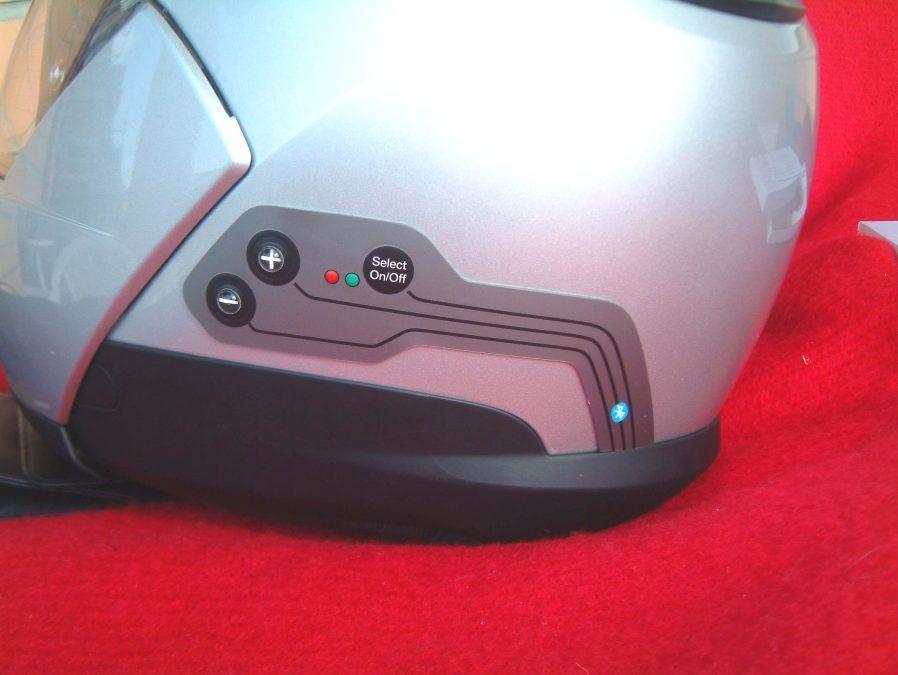 Cascos y  Bluetooth . Botones de control instalados el el lateral de la calota..