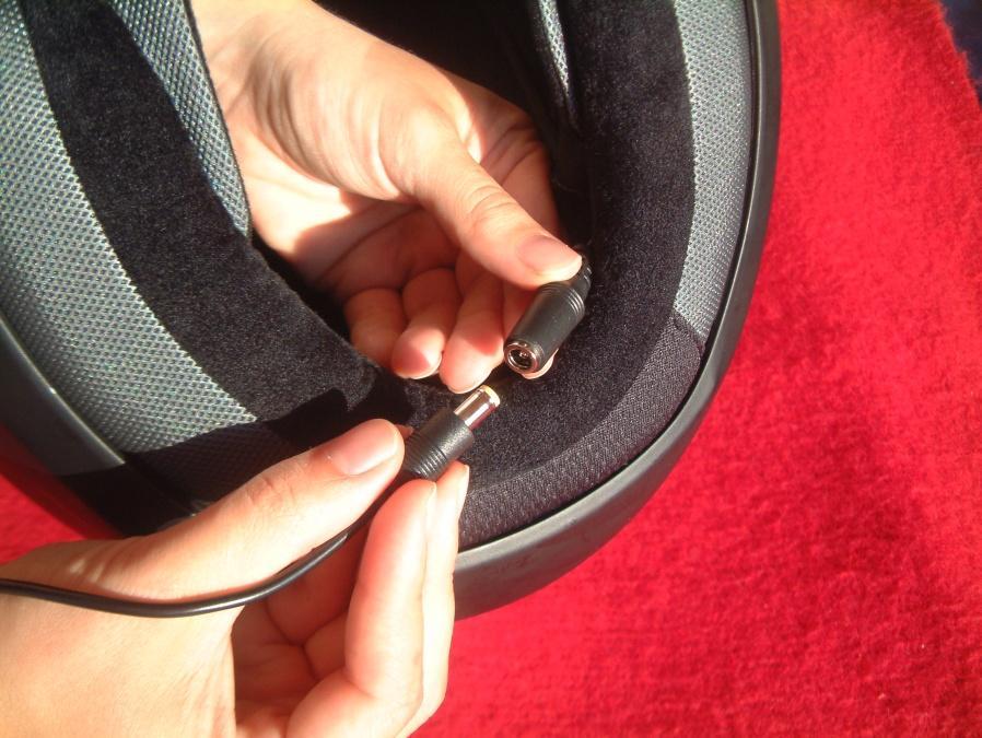 Cascos y  Bluetooth. Algunos cascos tienen preinstalación, y los cables van por