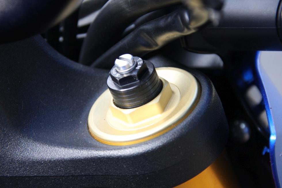 Suzuki GSX-S1000  tiene horquilla regulable.