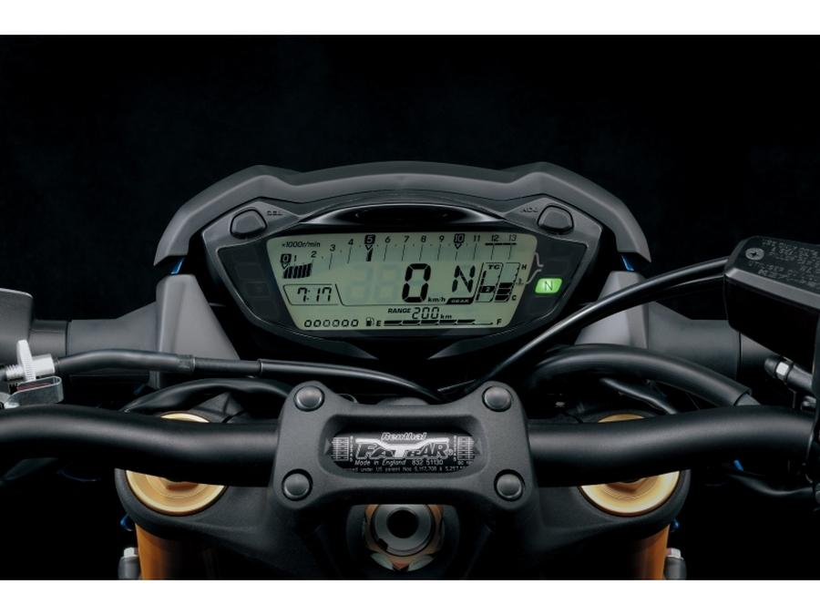 Suzuki GSX-S1000. Cuadro de relojes digital, compacto pero muy completo.