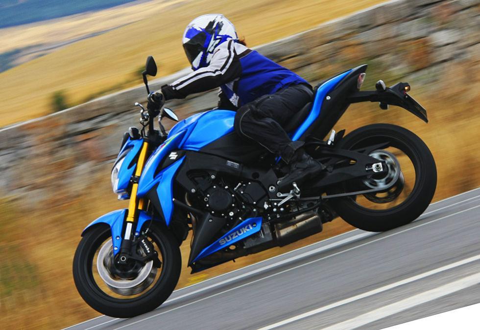 Suzuki GSX-S1000 rodando.