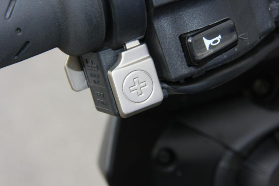 Aprilia Tuono 1100 RR. Botones en el puño para controlar la tracción, la potenci