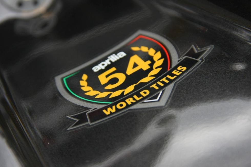 Aprilia Tuono 1100 RR. Detalle en el depósito, 54 veces campeones del mundo.