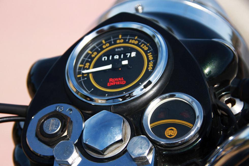 Royal Enfield Bullet 500. Cuadro de relojes clásico.