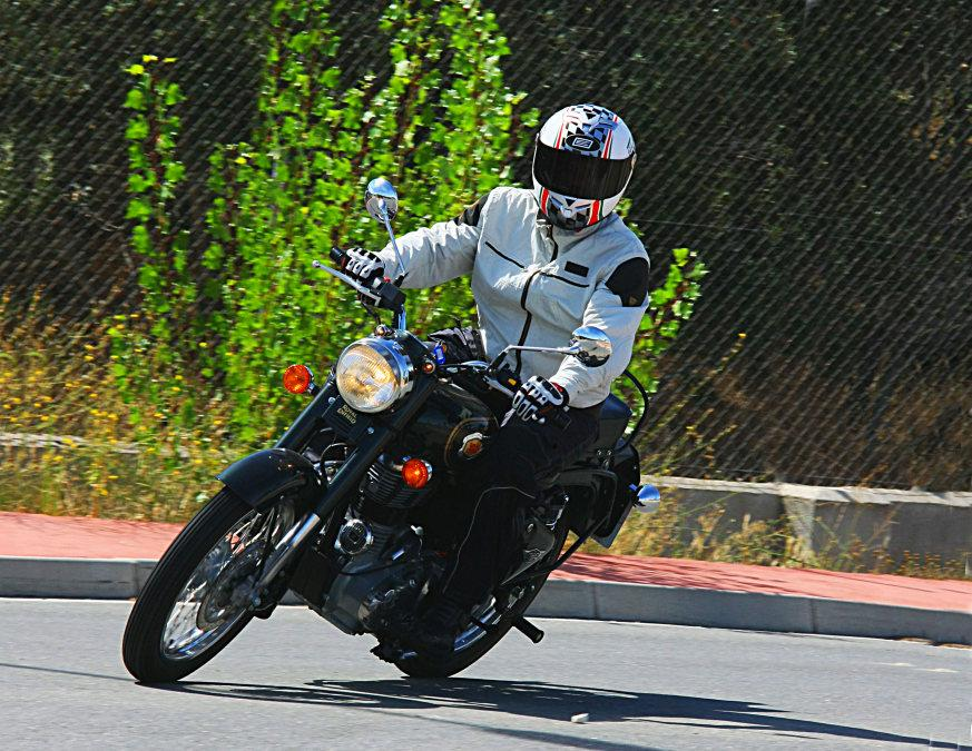 Royal Enfield Bullet 500, es divertida hasta inclinando...