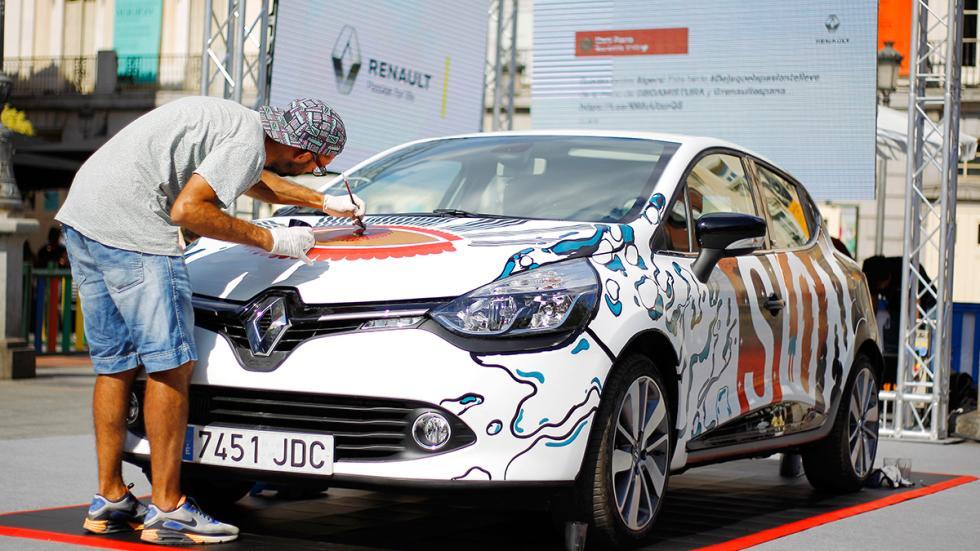 Integrante Boa Mistura pintando el frontal del nuevo Clio