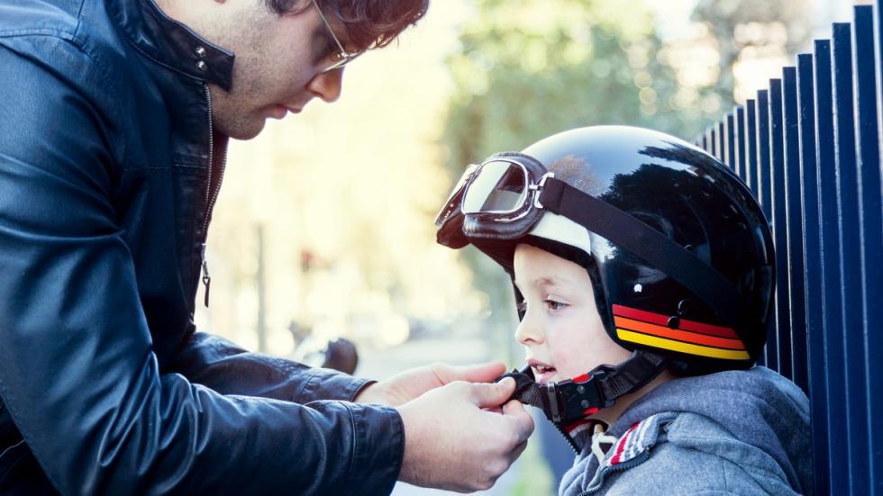 llevar-niños-moto-cole-casco